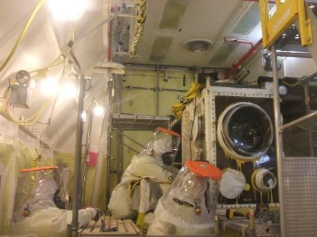 Hanford_glove_box_cutting_(DOE-RL)-460