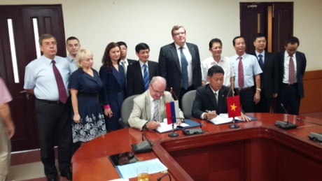 Savushkin, Lam sign agreement in Hanoi - 460 (Rosatom)