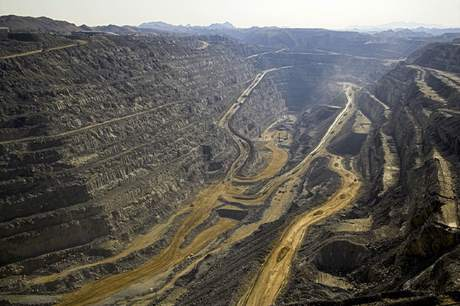 Rossing_open_pit_(Rio_Tinto_2014)_460